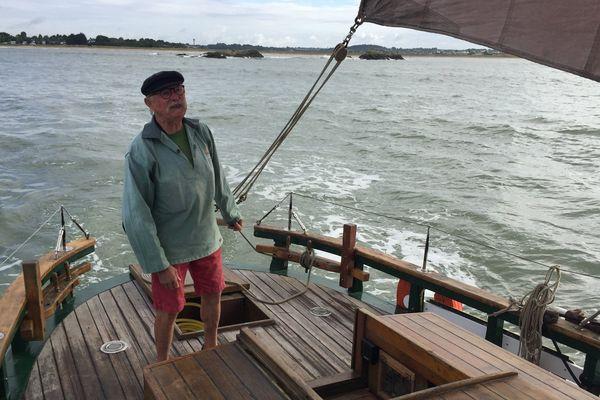 """À bord du """"Belle Vilaine"""", Daniel Le Sommer, skipper depuis le début de sa mise à l'eau"""