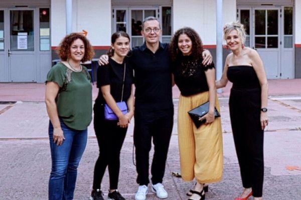 Lina Djoudi (pantalon jaune) et Raja Madani (baskets noires) avec l'équipe qui les a accompagnées pour le concours dont Jacques-Henri Eyraud (au centre) le président de l'OM.