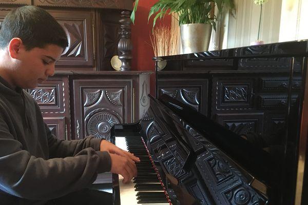 Ahmed Mejdi, 16 ans, a appris a jouer du piano avec une application installée sur téléphone portable.
