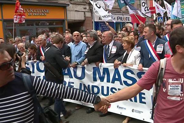 En tête du cortège, entre autres : Damien Meslot, maire de Belfort (LR), Jean-Luc Mélenchon (France Insoumise), Marie-Guyte Dufay, présidente du Conseil Régional de Bourgogne-Franche-Comté (PS)