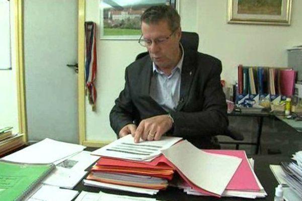 Christian Coigné, le maire UDI de Sassenage (Isère), dans son bureau en 2015.