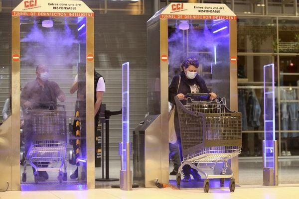 """Deux """"tunnels de désinfection"""" ont été mis en route, lundi, dans un supermarché d'Ajaccio."""