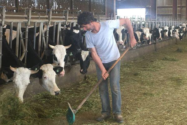 Christian Rougier nourrit ses 140 vaches avec la retraite de sa mère.
