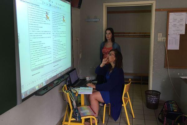 Derniers réglages du tableau électronique avant l'arrivée des enfants dans cette classe de Bains en Haute-Loire