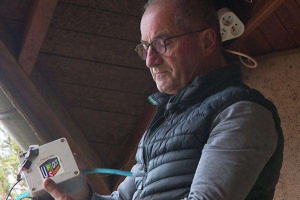 Jacques Richard avec l'un de ces boîtiers détecteurs de pollution.