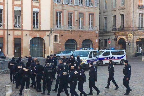 Rassemblement des policiers en colère aux monuments aux morts à Toulouse