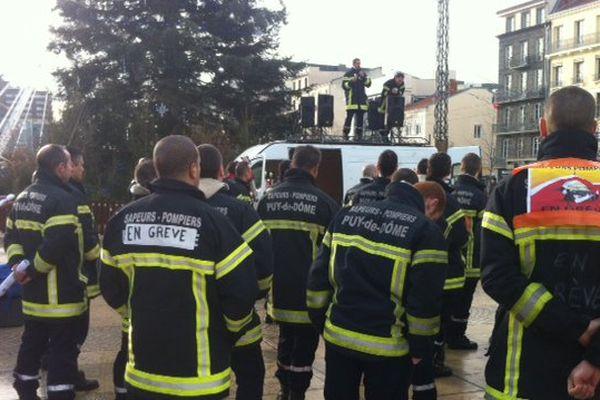 Les pompiers du Service départemental d'incendie et de secours du Puy-de-Dôme rassemblés vendredi matin place de Jaude à Clermont-Ferrand.