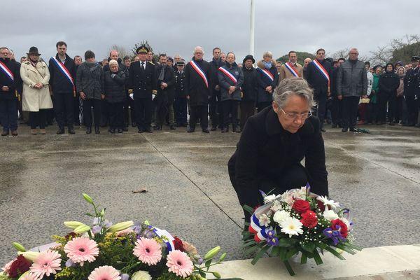 La ministre de la Transition écologique a déposé une gerbe pendant la cérémonie d'hommage, 10 ans après la tempête Xynthia