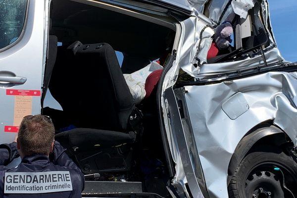 Le véhicule au bord duquel trois personnes ont perdu la vie ce samedi 1er juin 2019, a été évacué en fin de matinée de l'autoroute A34, sur laquelle il avait été percuté par un poids-lourd, vers 6h15 le même jour.