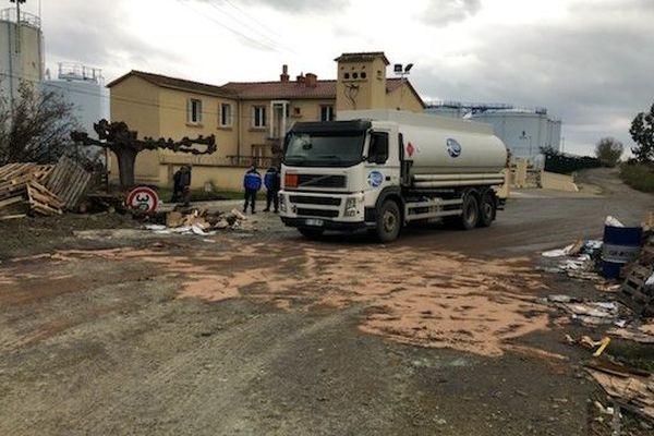 21/11/2018 - Une trentaine de gilets jaunes sont mobilisés au dépôt pétrolier de Lucciana. Les camions peuvent passer.