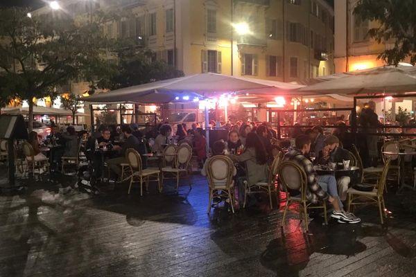 Les terrasses des restaurants bondées sur la place Garibaldi à Nice, le jour de la fermeture en octobre 2020.