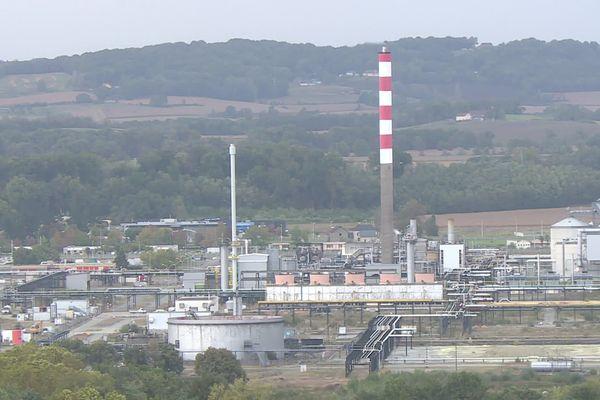 La plateforme de Lacq vue du village de Lagor dans le Béarn. Les rejets des usines incommodent et inquiètent les riverains.