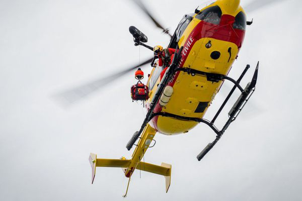 Un hélicoptère Dragon de la sécurité civile