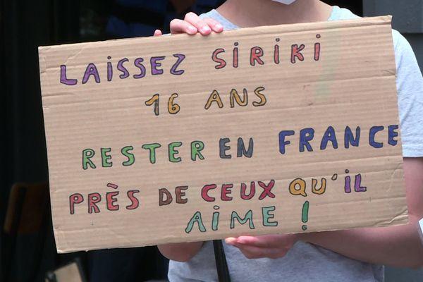 Siriki, un jeune ivoirien pris en charge depuis 2017 est accusé par le Département du Rhône d'escroquerie à l'aide sociale à l'enfance sur la base de tests osseux.