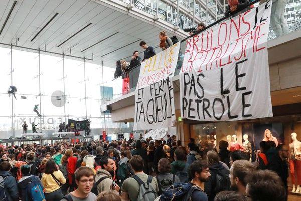 Des centaines de militants ont investi le centre commercial Italie Deux dans le XIIIe arrondissement de Paris.