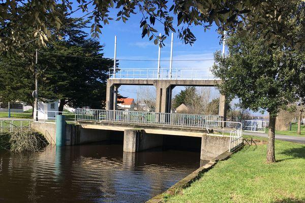 Ouvrir les vannes, comme ici au lieu dit Pont de Pail à Trignac, est une action déterminante sur la vie du bassin versant. Les garder fermées, également.