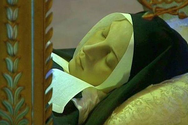 Bernadette Soubirous dans sa châsse de verre et de bronze, à Nevers
