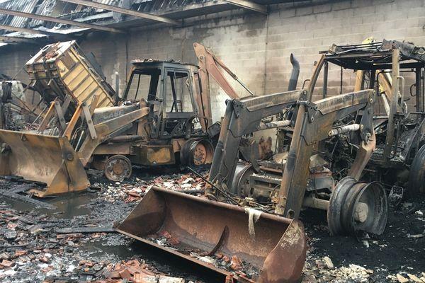 Les engins du SIVOM ont été détruits par l'incendie.