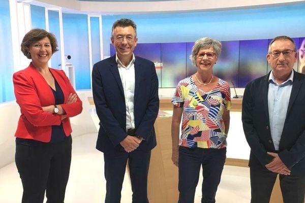 Antony Le Bras, Elisabeth Janvier et Marc Bigot (de g à d) sont en lice pour le débat du 2e tour des municipales à Concarneau présenté par Nathalie Rossignol (à gauche)