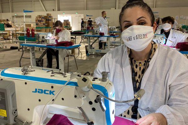 Celik Nurten a l'habitude du textile. Ici, elle est devenue cheffe d'atelier pour former les novices.