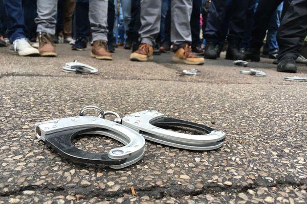 """Les policiers """"en colère"""" ont déposé leurs menottes au sol en signe de contestation."""