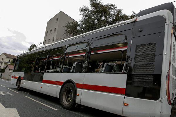 Archives - Un bus TCL aux vitres cassées dans le 5e arrondissement de Lyon.
