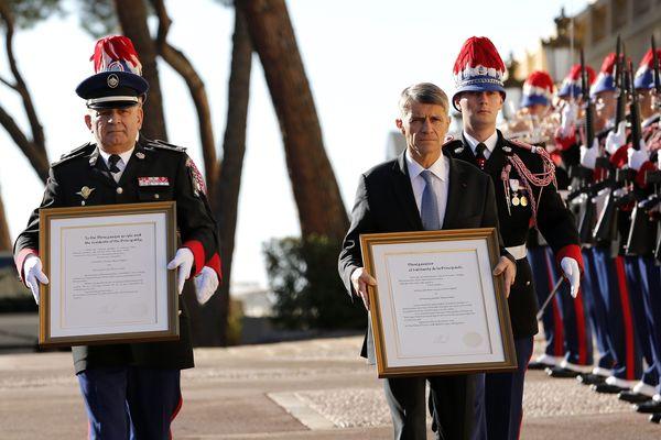 Les Colonels Fringant et Soler portent les textes de proclamation affichés ce jour sur la façade du Palais princier.