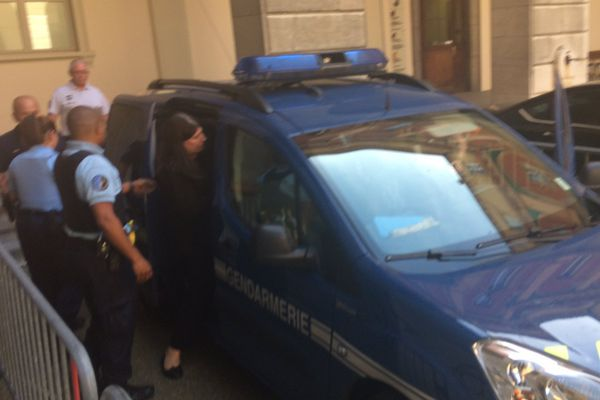 Ludivine Chambet à la sortie du tribunal. Elle vient d'être condamnée à 25 ans de réclusion criminelle.