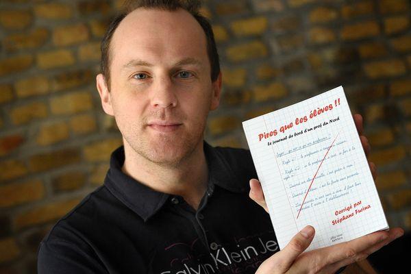 """Stépphane Furina, prof d'anglais à Wormhout avec son livre """"Pire que les élèves""""."""