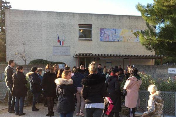Une partie des quelques 300 élèves de l'école Les Tamaris de Béziers, détruite par un incendie dans la nuit du 31 octobre, a fait sa rentrée mardi 12 novembre 2019 dans l'école Les Oliviers située à proximité.