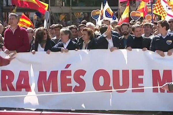 Des milliers d'anti-indépendantistes dans les rues de Barcelone, avec Manuel Valls au premier rang de la manifestation - 18 mars 2018