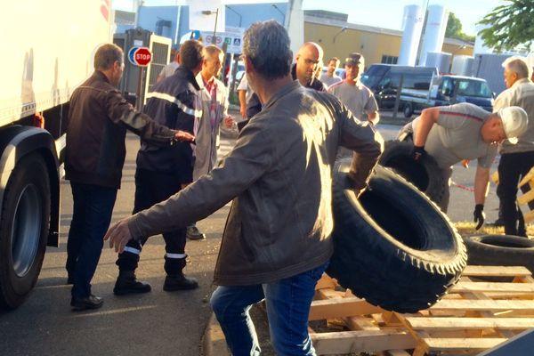 Depuis 6h00, mercredi 5 juillet, des salariés de GM&S bloquent l'usine de Sept-Fons dans l'Allier. Ce site fabrique des blocs de moteurs diesel et des disques de freins pour le groupe PSA.