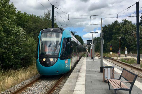 La région des Pays de la Loire souhaite ouvrir le Transport Express Régional ferroviaire à la concurrence avec notamment la ligne de tramtrain Nantes-Châteaubriant, infrastructures comprises, ici en Gare d'Issé