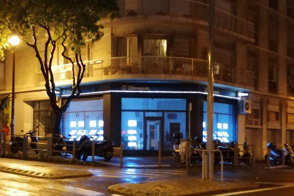 Une vitrine éclairée la nuit à Marseille
