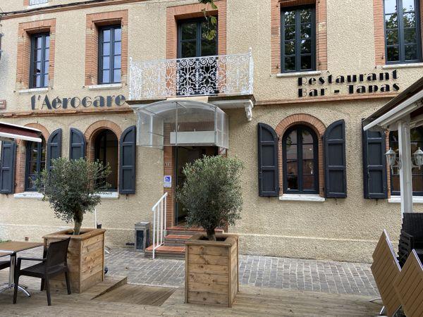Le restaurant l'Aérogare à Saint-Sulpice-la-Pointe (Tarn) a ouvert ses portes fin juillet.