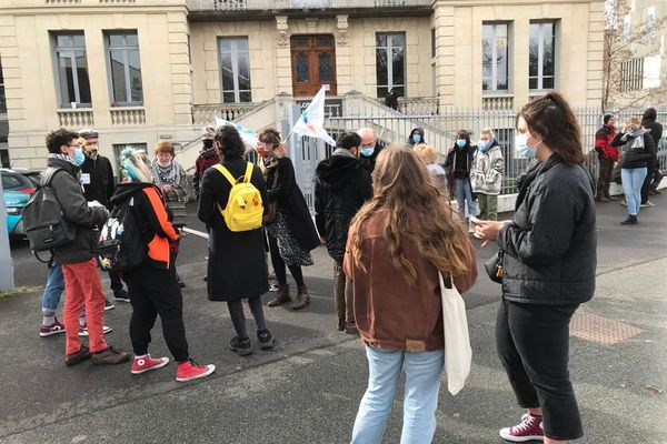 Mardi 16 mars, une quarantaine d'étudiants se sont rassemblés devant la présidence de l'Université Clermont Auvergne, à Clermont-Ferrand.