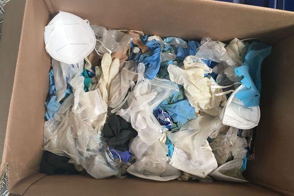 Les gants et masques usagés ne doivent pas se retrouver dans les poubelles de recyclage