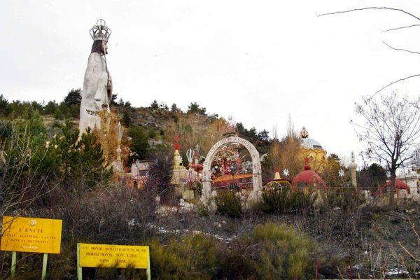 L'entrée de la cité sainte de Mandarom installée depuis 1969 à Castellane, dans les Alpes-de-Haute-Provence.