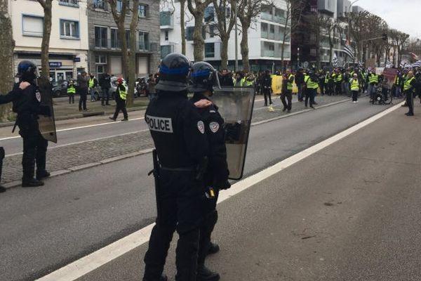 Face à face à Lorient entre les forces de l'ordre et les Gilets jaunes cours de Chazelles