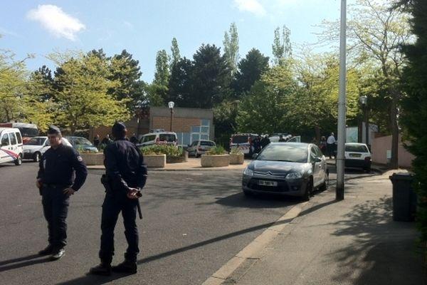 Des policiers en faction devant l'entrée du parc Montjuzet à Clermont-Ferrand où un fillette de cinq ans a disparu dimanche 12 mai en début de soirée. Lundi matin, les recherches s'intensifient avec l'aide du 92 éme RI de Clermont.
