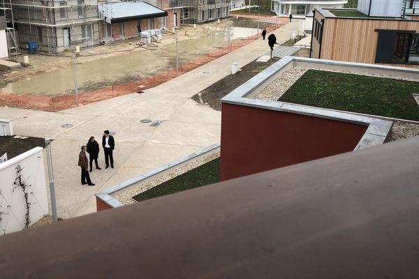 Vue depuis une terrasse-balcon de la maison Afrique sur le quartier Bezannes Esperanto. En face, en construction, 3 futures immeubles collectifs de Plurial Novilia.