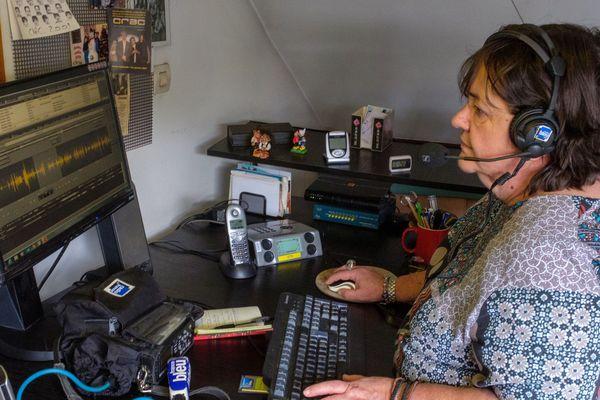 Claire Mesureur travaille depuis chez elle. Elle envoie ensuite ses sons à la radio basée à Lille.