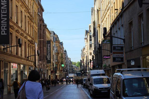 La rue Serpenoise au centre-ville de Metz verra des enseignes exceptionnellement ouvertes le dimanche fin décembre 2018 et le 6 janvier 2019.