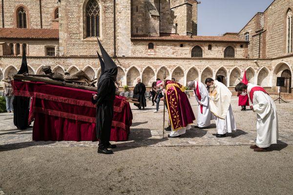 Covid oblige, après son annulation en 2021,la célèbre procession de la Sanch s'est réfugiée cette année dans l'enceinte du Campo Santo qui jouxte la cathédrale de Perpignan.