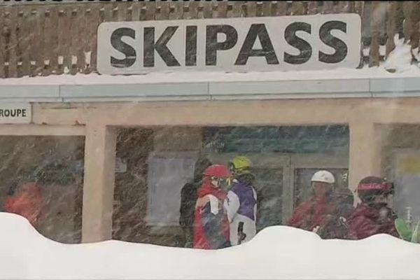 Le neige tombe massivement ce dimanche matin à Isola 2000.