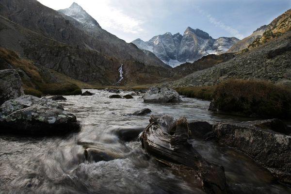 """Le glacier des Oulettes dans les Pyrénées, un glacier """"en souffrance"""". La fonte des glaciers menace les ressources en eau."""