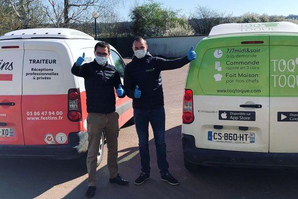 En raison de l'épidémie de coronavirus COVID-19, les livreurs de Toqtoque travaillent avec des masques, des gants et désinfectent les voitures entre chaque livraison.