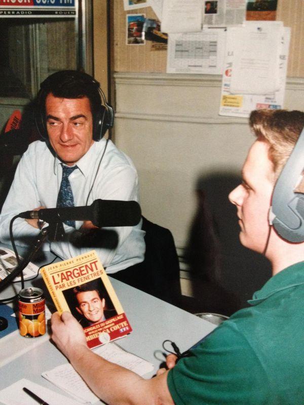 Jérôme Jean animant une chronique radio sur le livre de Jean-Pierre Pernaut.