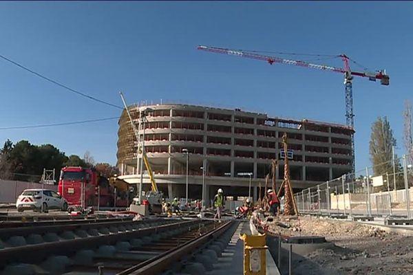 Les travaux de la ligne 2 à côte du Nikaia avec en fond, la construction d'un parking à étages.