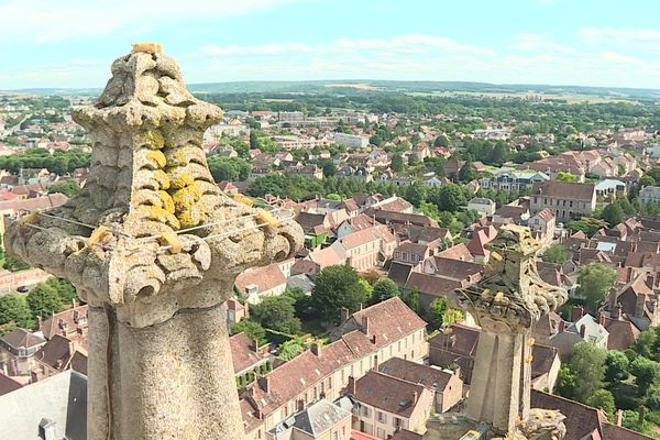 Sur les toits de la cathédrale avec une vue de Sens